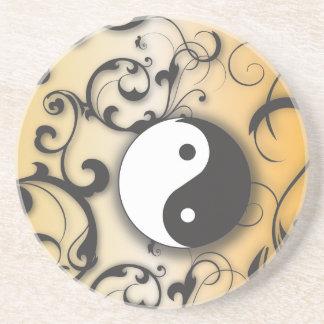 Negro con el yin y yang de bronce posavasos diseño