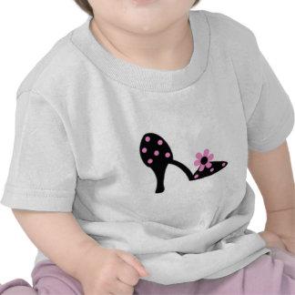 Negro con el zapato rosado del lunar camisetas