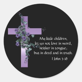 Negro con la cruz púrpura y las flores púrpuras pegatina redonda
