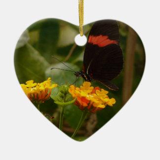 Negro con la mariposa de destello roja adorno de cerámica en forma de corazón