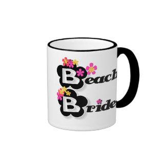 Negro con la novia de la playa de las flores taza a dos colores