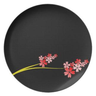 Negro con la placa roja de las flores platos