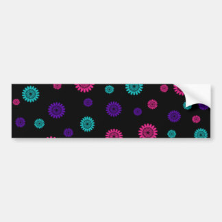 Negro con las flores rosadas de la púrpura de la t etiqueta de parachoque