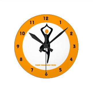 Negro de la actitud del árbol de la yoga, reloj redondo mediano