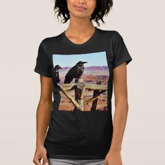 Negro de los pájaros de los cuervos de los cuervos camisetas