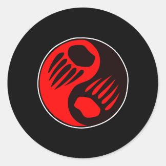 Negro de Yin Yang de la garra de oso Pegatina Redonda