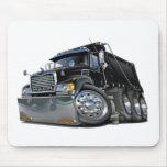 Negro del camión volquete de Mack Alfombrillas De Ratón