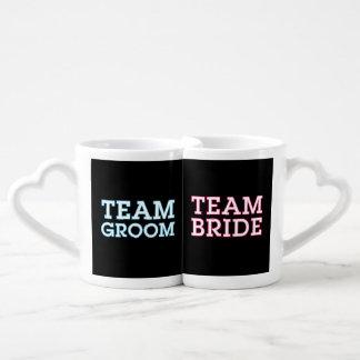 Negro del esquema de novia y del novio del equipo tazas para parejas