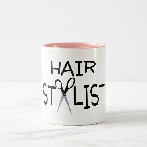 Negro del estilista con las tijeras tazas de café