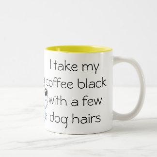 Negro divertido del café con la taza del pelo de p