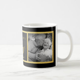 Negro elegante y oro entonces y ahora 50.o boda taza clásica