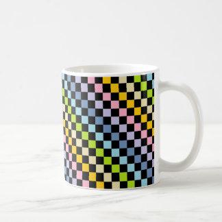 Negro en colores pastel a cuadros del arco iris taza clásica