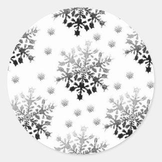 Negro en el diseño blanco del copo de nieve pegatina redonda