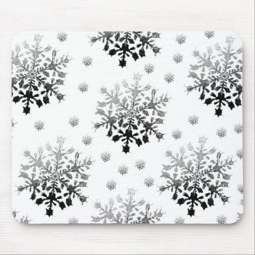 Negro en el diseño blanco del copo de nieve tapete de ratones