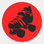 Negro en el pegatina rojo del patín de Derby del