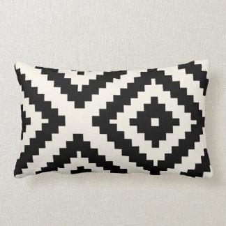 Negro geométrico y crema del modelo del zigzag cojín