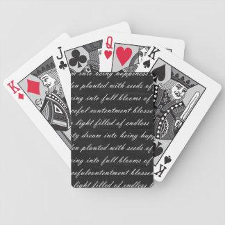 Negro ideal del poema con las palabras blancas barajas de cartas