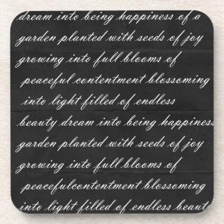 Negro ideal del poema con las palabras blancas posavasos de bebidas