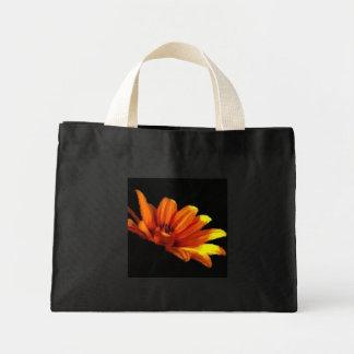 Negro macro floral anaranjado de la mandarina bolsa tela pequeña