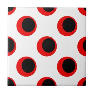Negro retro y rojo en el modelo de lunar blanco azulejo cuadrado pequeño