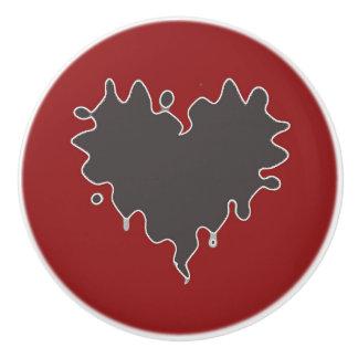 Negro rizado lindo del corazón en botón de pomo de cerámica