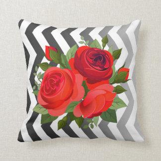 Negro rojo color de rosa floral del ramo el | de cojines