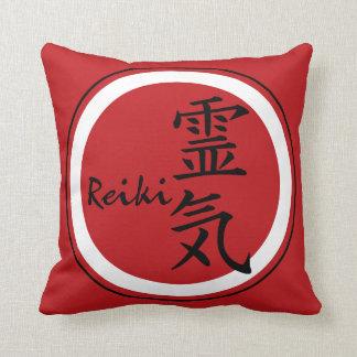 Negro rojo del símbolo de REIKI + su fondo Cojín