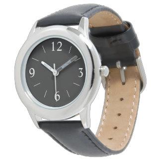 Negro simplista con el reloj de los hombres