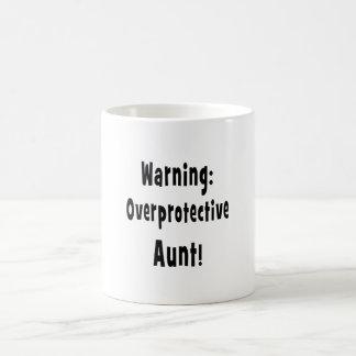 negro sobreprotector amonestador de la tía taza de café