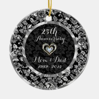 Negro y 25to aniversario de boda de la plata adorno navideño redondo de cerámica