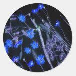 Negro y azul invertidos de los wildflowers de la etiqueta redonda