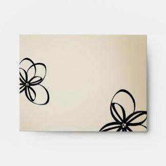 Negro y beige del sobre floral