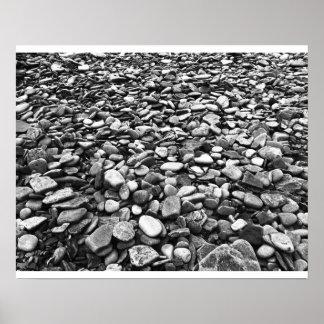 Negro y blanco de la playa rocosa póster