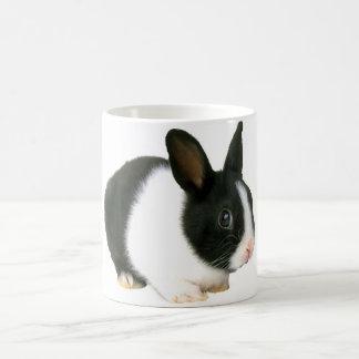 Negro y blanco del conejo de conejito taza básica blanca