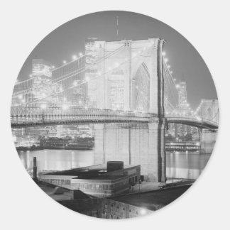 Negro y blanco del puente de Brooklyn Pegatina Redonda