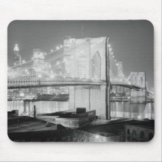 Negro y blanco del puente de Brooklyn Tapetes De Ratones