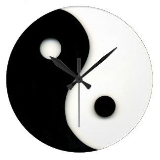 Negro y blanco del reloj de pared de Yin y de Yang