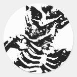Negro y blanco esqueléticos del muchacho pegatina redonda