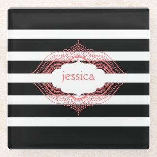 Negro y blanco raya el marco rosado del cordón