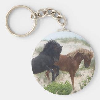 Negro y caballos salvajes del Corolla de Brown Llavero Redondo Tipo Pin