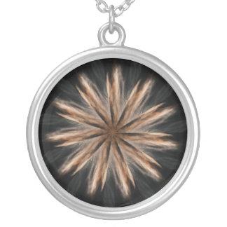 Negro y collar del diseño del caleidoscopio del or