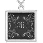 Negro y collar floral del monograma de la plata