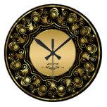 Negro y diseño floral del oro reloj de pared