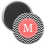 Negro y monograma moderno coralino del personaliza iman de nevera