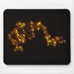 Negro y notas musicales que remolinan del oro alfombrilla de raton