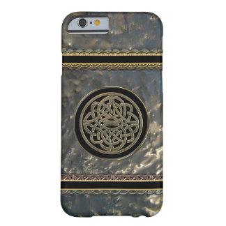 Negro y nudo céltico del metal del oro en el caso funda de iPhone 6 barely there