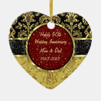 Negro y ornamento del aniversario de boda del oro adorno navideño de cerámica en forma de corazón