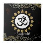 Negro y oro de la meditación del mantra del símbol azulejo ceramica