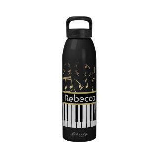 Negro y oro de las notas musicales y de las llaves botella de agua