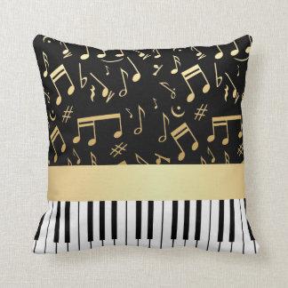 Negro y oro de las notas musicales y de las llaves cojín